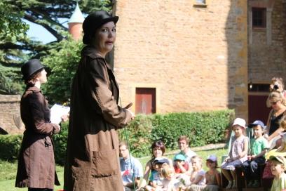 Bertille et Gwenaëlle présentent les modalités de l'enquête